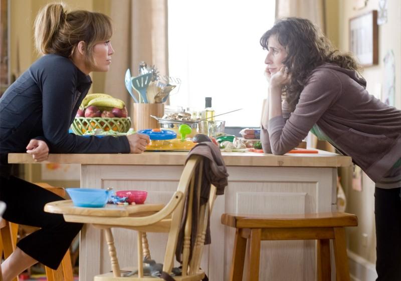 Jennifer Lopez e Michaela Watkins in una scena della commedia Piacere, sono un po' incinta