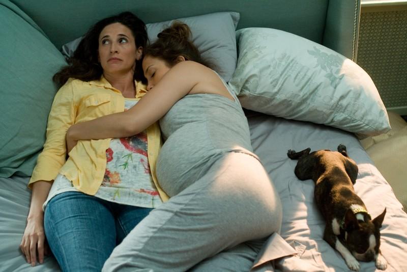 Jennifer Lopez e Michaela Watkins nel film Piacere, sono un po' incinta