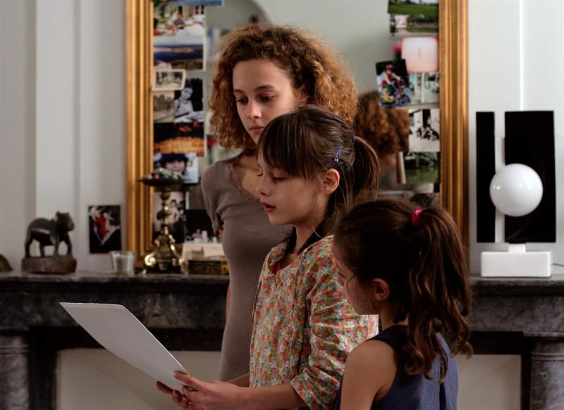 Le piccole Alice Gautier e Manelle Driss con Alice de Lencquesaing in una scena del film Le père de mes enfants (2009)