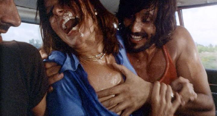 Lea Lander con George Eastman in una drammatica scena del thriller Semaforo Rosso (Cani arrabbiati)