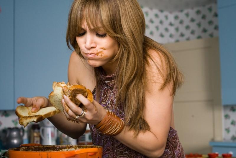 Zoe (Jennifer Lopez) in preda a un assalto famelico nella commedia Piacere, sono un po' incinta