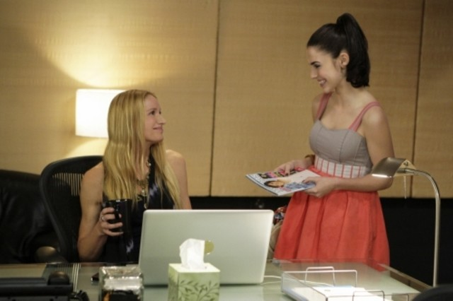 90210: Kelly Lynch e Jessica Lowndes nell'episodio Meet The Parent