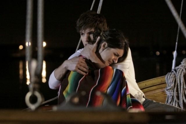 90210: un abbraccio tra Shenae Grimes e Matt Lanter nell'episodio Confessions