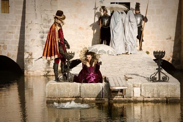 Doctor Who: Helen McCrory ed Alex Price in una scena dell'episodio Vampires of Venice