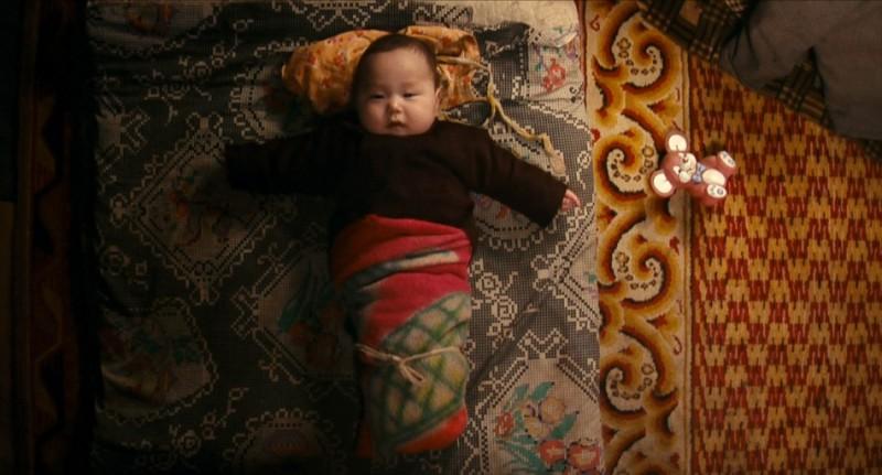 Bayar, un cucciolo d'uomo infagottato nel film Babies