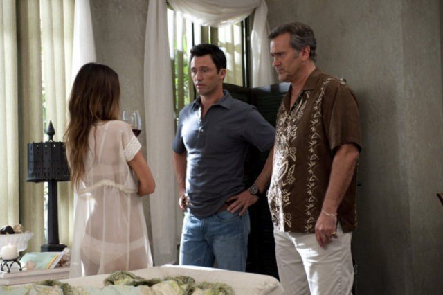 Burn Notice: Bruce Campbell, Gabrielle Anwar e Jeffrey Donovan nell'episodio Enemies Closer