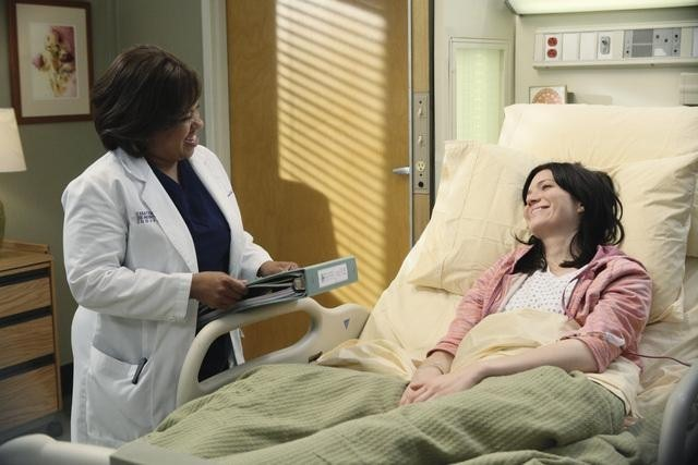 Grey's Anatomy: Chandra Wilson  con la guest star Mandy Moore nell'episodio Sanctuary