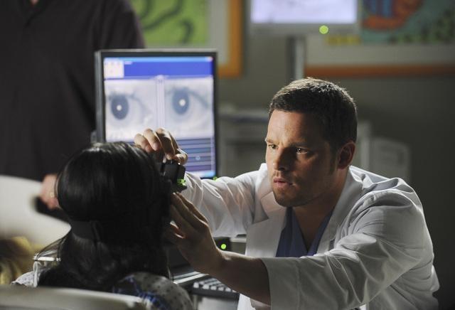 Grey's Anatomy: Justin Chambers e Demi Lovato, di spalle, nell'episodio Shiny Happy People