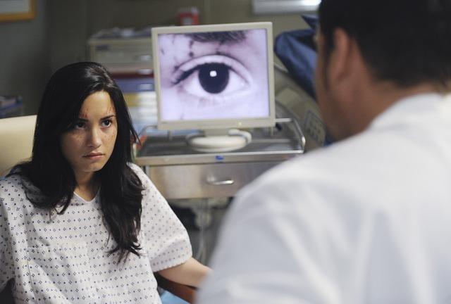Grey's Anatomy: la guest star Demi Lovato in una scena dell'episodio Shiny Happy People