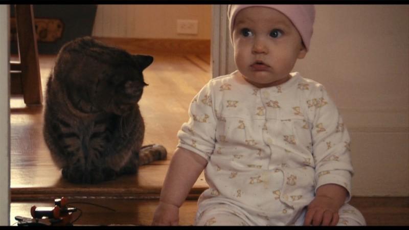 Hattie tra l'incredulità e il micio nel film Babies