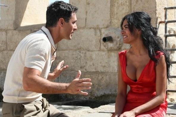 Raoul Bova e Maria Grazia Cucinotta in una scena del film La bella società