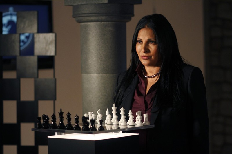 Amanda Waller (Pam Grier) dietro la scacchiera in una scena dell'episodio Checkmate di Smallville