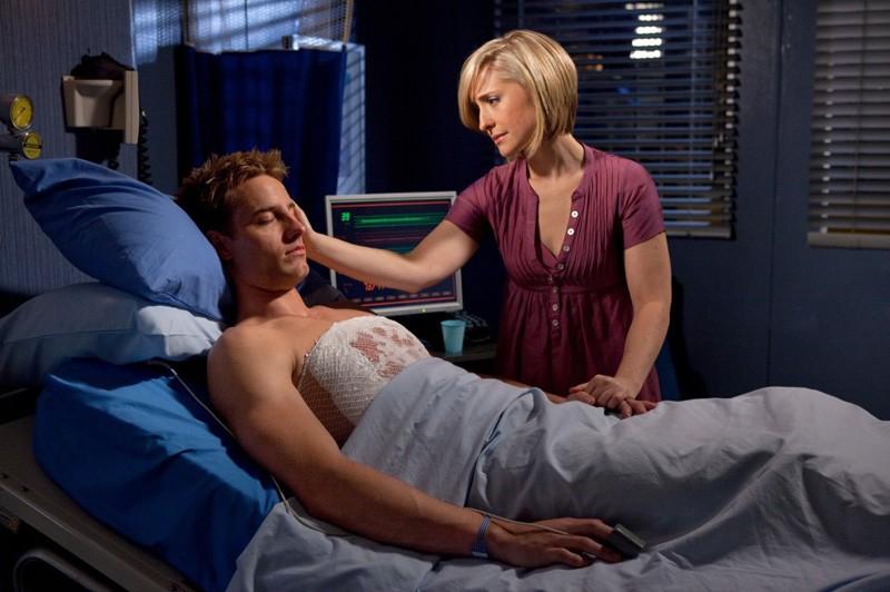 Chloe (Allison Mack) è vicina a Oliver (Justin Hartley) che è rimasto ferito nell'episodio Sacrifice di Smallville