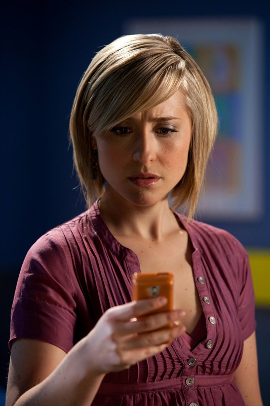 Chloe (Allison Mack) guarda il cellulare in una scena dell'episodio Sacrifice di Smallville