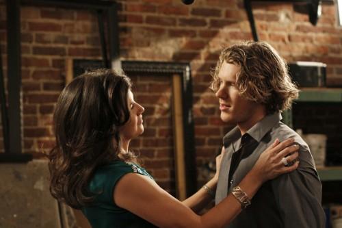 Daphne Zuniga e Mitch Ryan in una scena dell'episodio Every Picture Tells a Story di One Tree Hill