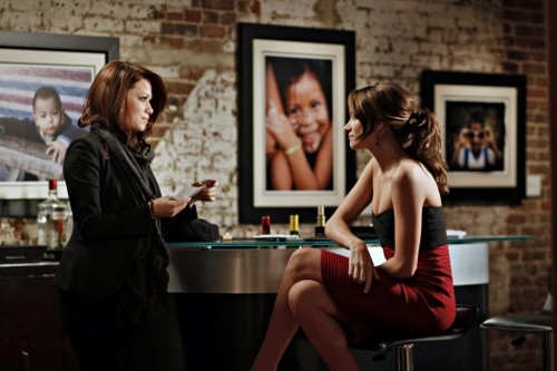 Haley (Bethany Joy Galeotti) alla galleria di Quinn (Shantel VanSanten) nell'episodio Every Picture Tells a Story