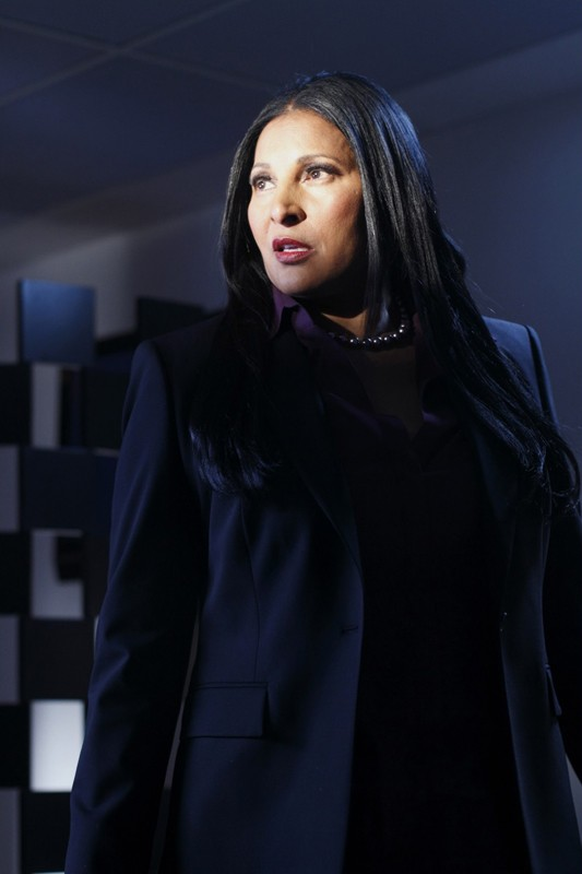 L'agente Amanda Waller (Pam Grier) nell'oscurità in una sequenza dell'episodio Checkmate di Smallville