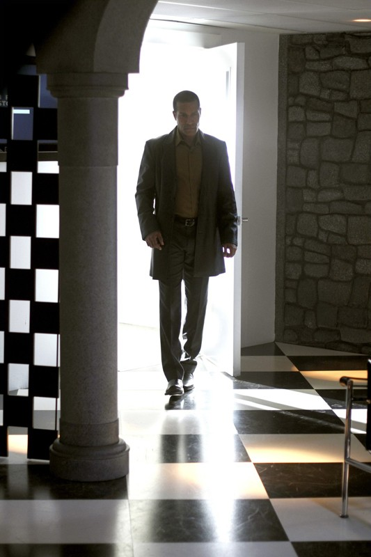 Phil Morris è John Jones in una scena dell'episodio Checkmate di Smallville