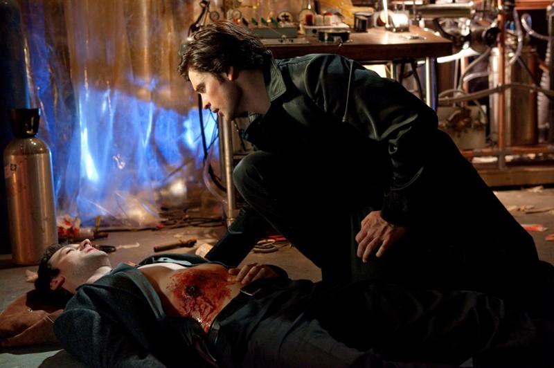 The Blur (Tom Welling) soccorre Zod (Callum Blue) in una scena dell'episodio Conspiracy di Smallville