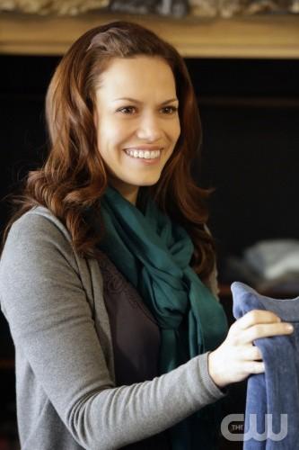 Un'immagine della sorridente Bethany Joy Galeotti tratta dall'episodio Almost Everything I Wish I'd Said the Last Time I Saw You