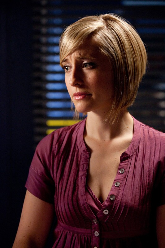 Una preoccupata Chloe (Allison Mack) nell'episodio Sacrifice di Smallville