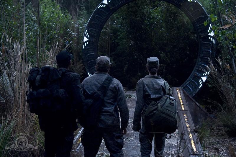 Brian J. Smith, David Blue ed Elyse Levesque davanti allo Stargate nell'episodio Lost di Stargate Universe