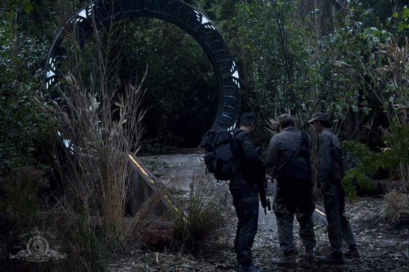 Brian J. Smith, David Blue ed Elyse Levesque in una scena dell'episodio Lost di Stargate Universe