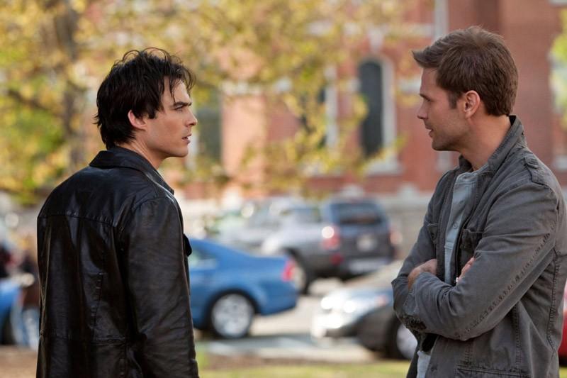 Damon (Ian Somerhalder) parla con Alaric (Matt Davis) nell'episodio Isobel di The Vampire Diaries