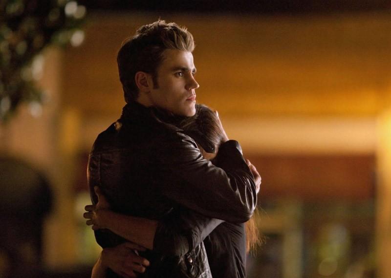 Elena (Nina Dobrev) tra le braccia del suo amato Stefan (Paul Wesley) in: Isobel di Vampire Diaries