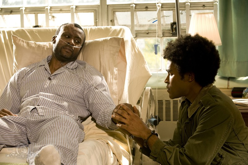 Greer (Jamil Walker Smith) assiste il padre (Sean Blakemore) malato nell'episodio Lost di Stargate Universe