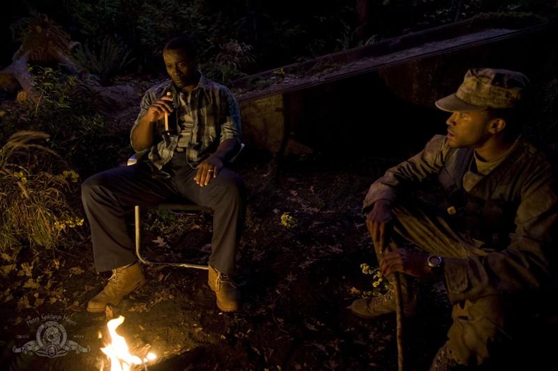 Greer (Jamil Walker Smith) immagina il padre Reginald (Sean Blakemore) nell'episodio Lost di Stargate Universe