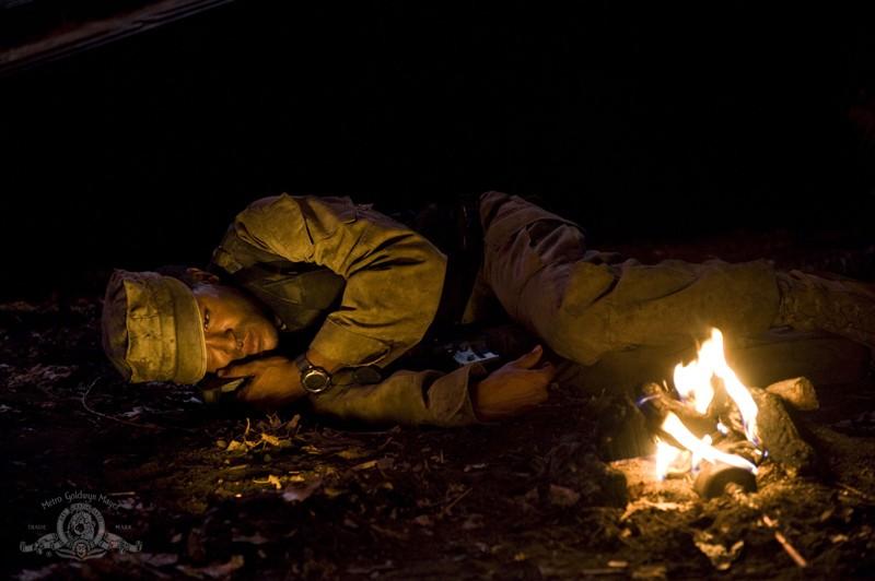 Greer (Jamil Walker Smith) solo, su un pianeta desolato nell'episodio Lost di Stargate Universe
