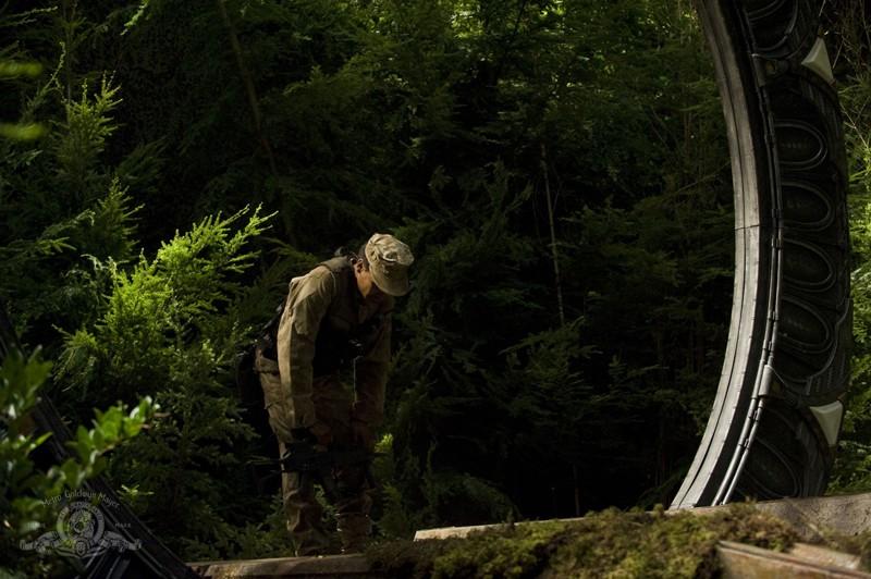 Il Sergente Greer (Jamil Walker Smith) davanti allo Stargate nell'episodio Lost di Stargate Universe
