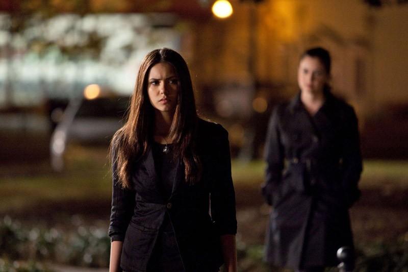 Isobel (Mia Kirshner) alle spalle di Elena (Nina Dobrev) nell'episodio Isobel di Vampire Diaries