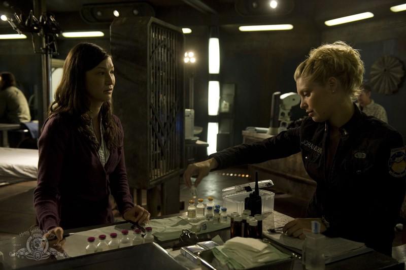 Jennifer Spence parla con Alaina Kalanj nell'episodio Lost di Stargate Universe