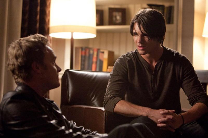 Jeremy (Steven R. McQueen) parla con zio Jonathan (David Anders) nell'episodio Isobel di The Vampire Diaries