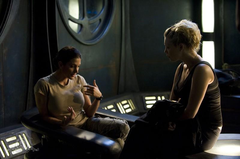 Julia Anderson e Alaina Kalanj in una scena dell'episodio Lost di Stargate Universe