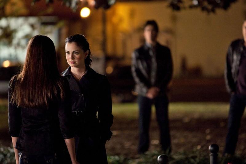 Nina Dobrev di fronte a Mia Kirshner in una sequenza dell'episodio Isobel di Vampire Diaries