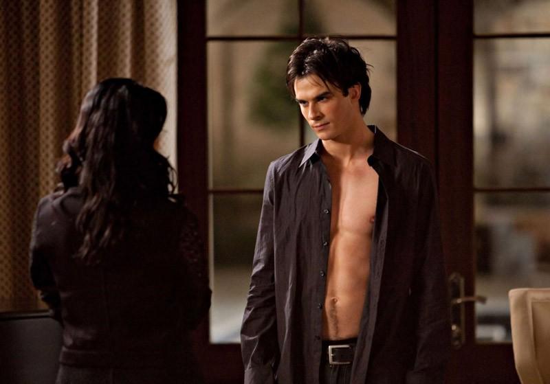 Un'immagine tratta dall'episodio Isobel di Vampire Diaries con Mia Kirshner e Ian Somerhalder