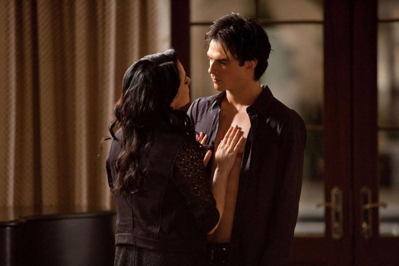 Una sensuale scena dell'episodio Isobel di The Vampire Diaries con Mia Kirshner e Ian Somerhalder