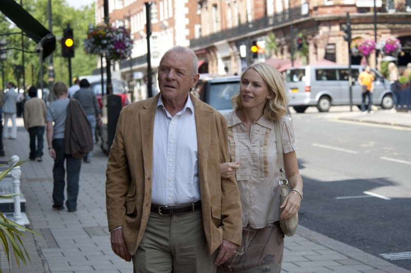 Anthony Hopkins con Naomi Watts in You Will Meet a Tall Dark Stranger