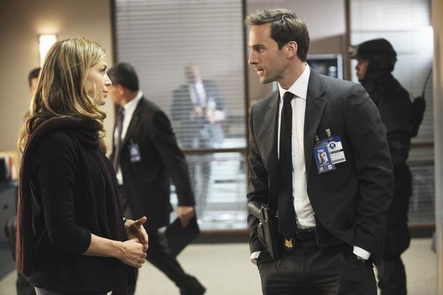 FlashForward: Joseph Fiennes e Sonya Walger in una scena dell'episodio Countdown