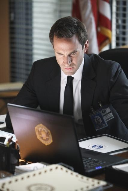 FlashForward: Joseph Fiennes in un momento dell'episodio Countdown