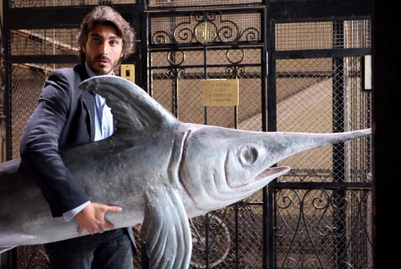 Daniele Liotti in una divertente immagine del film Scontro di civiltà per un ascensore a Piazza Vittorio