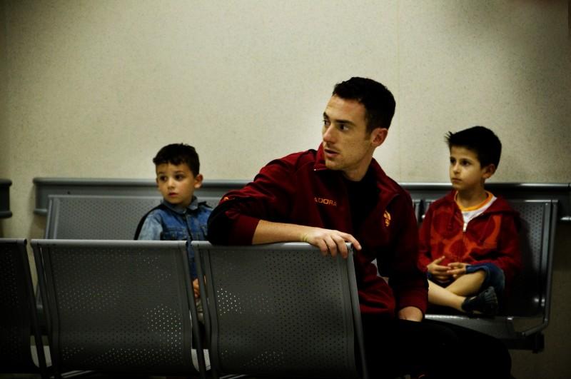Elio Germano coi piccoli Luca Giannetti e Damiano De Laurentis in una scena del film La nostra vita