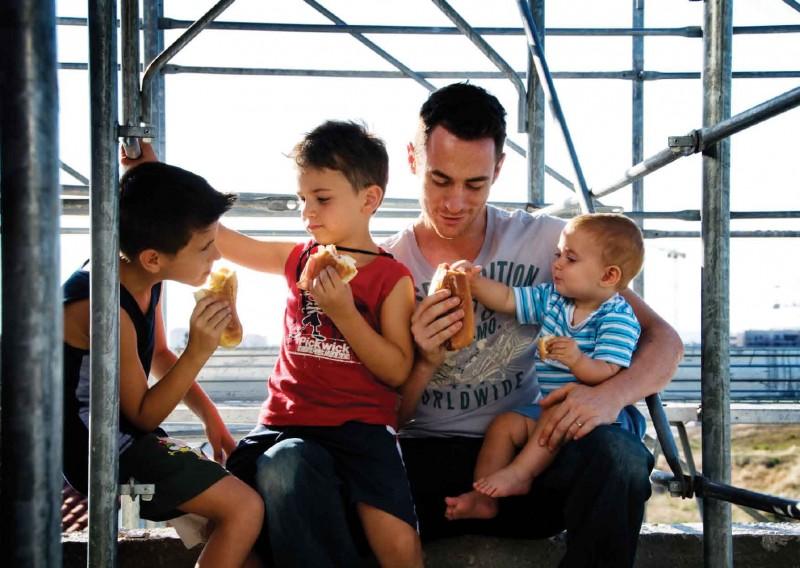 Elio Germano con i suoi bambini nel film La nostra vita