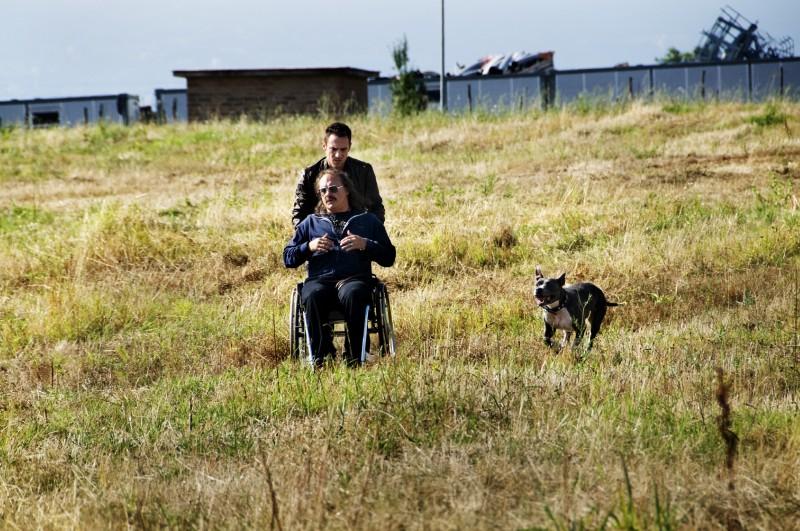 Elio Germano e Luca Zingaretti in un'immagine del film La nostra vita