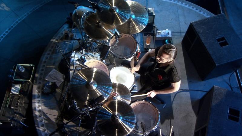 Il batterista Larry Mullen degli U2 in un'immagine del film U2 3D