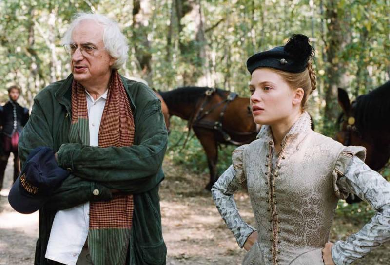 Il regista Tavernier sul set de La princesse de Montpensier