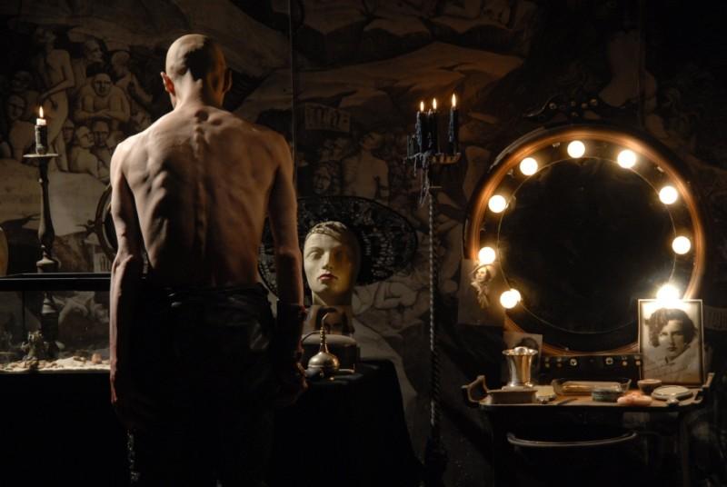 Il terribile Mortis (Nuot Arquint) in una scena dell'horror Shadow